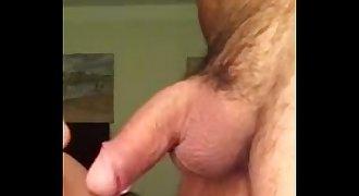 macho chupando a rola do maduro
